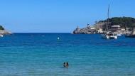 Keine Fata Morgana, sondern Corona: der Strand von Port de Sóller.