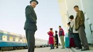 Nächster Halt Samarkand: Wartende am Bahnhof der usbekischen Stadt.
