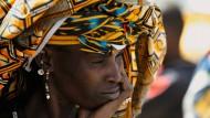 So gelb wie der Sand der Sahara: Die Verkäuferin auf dem Montagsmarkt von Djenné schützt sich mit einem Tuch vor der unbarmherzigen Sonne der Sahelzone.