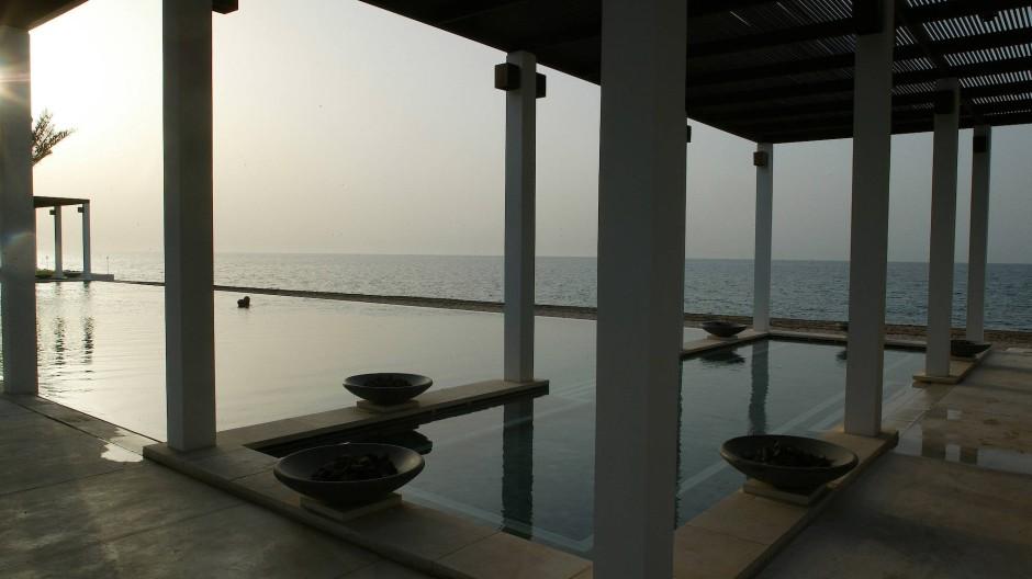 Fast schon Zen: Blaue Stunde am Pool.