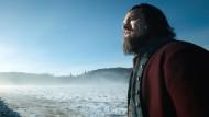 """Mann gegen Natur: In dem Film """"The Revenant"""" quält sich Hugh Glass (Leonardo DiCaprio) durch die menschenfeindliche Endlosigkeit der verschneiten Rocky Mountains."""