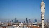 Nervosität? Skyline von Mailand mit Blick auf das Finanzviertel Porta Nuova - gesehen vom Mailänder Dom.