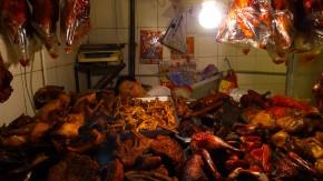 Hähnchen zu braten macht müde: Verkäuferin an einem Marktstand in Guilin.