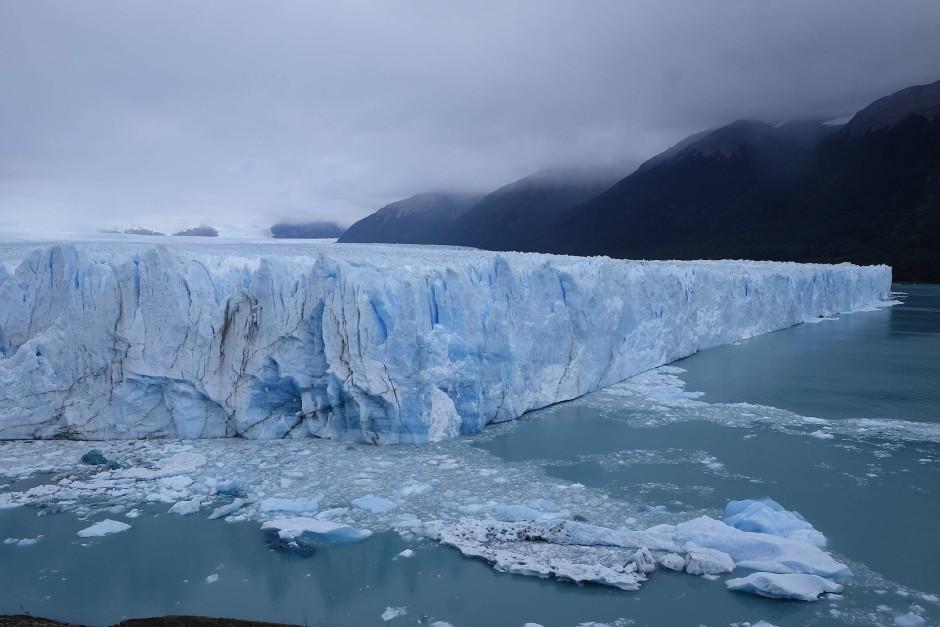 Am Perito Moreno kam uns einer der größten Gletscher der Welt entgegen, sechzig Meter hoch, fünf Kilometer breit, Millionen Jahre altes Eis.