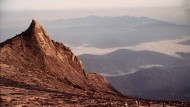 Scheuer Herrscher des Horizonts: 4095 Meter ragt der Kinabalu in den Himmel, höher als jeder andere Berg zwischen Himalaja und Papua-Neuguinea. Doch als sei ihm seine eigene Größe nicht geheuer, verbirgt er sich meist hinter einer Wolkenwand.