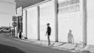 Inessa wartet nahe der 9th Street South, Modesto, Kalifornien, 2012