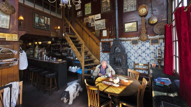 Durch die alten Cafés von Amsterdam