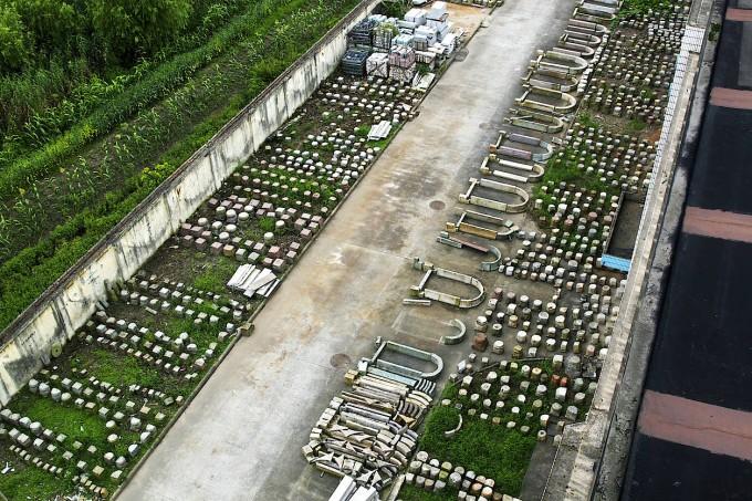 Luftaufnahme des Lagers: Dreizehn Häuser stehen im Aman-Resort, der Rest wartet noch auf seinen Wiederaufbau