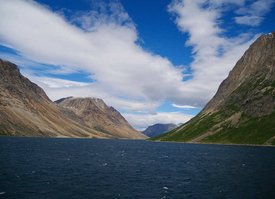 Irgendwo in dieser Wand ist ein Bär. Panorama im Saglek Fjord im Torngate-Mountains-Nationalpark, Labrador.