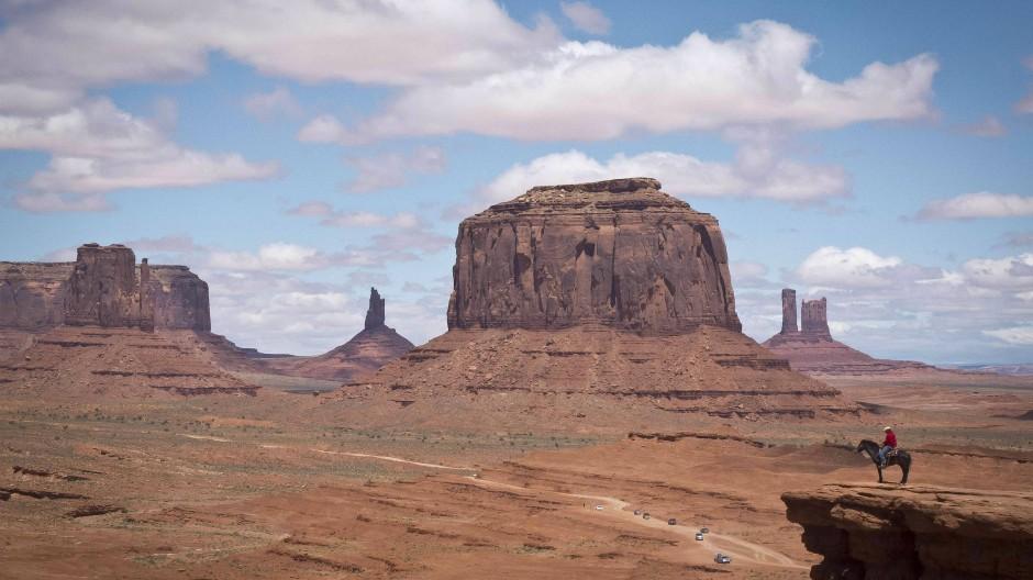 Native american im Monument Valley wie in einem Western