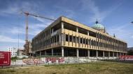 """Das Motto der DDR-Hymne, """"Auferstanden aus Ruinen"""", gilt noch immer: Wo jetzt die Moderne in Trümmern liegt, wird ein neues pseudobarockes Viertel entstehen."""