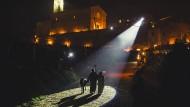 Macht hoch die Tür, die Tor macht weit: Assisi leuchtet der Heiligen Familie den Weg.