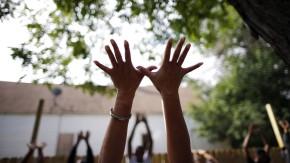 Immer schön strecken: Yoga gilt als Frauensport. Doch wenn man den richtigen Lehrer erwischt, gerät auch der nicht untrainierte Gatte ins Schwitzen.