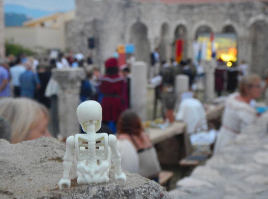 Subtile Protestaktion: das Playmobilskelett auf die Steinmauer.