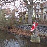 Warmgehalten in frostiger Zeit: der Lauterbacher Strolch als Weihnachtsmann.