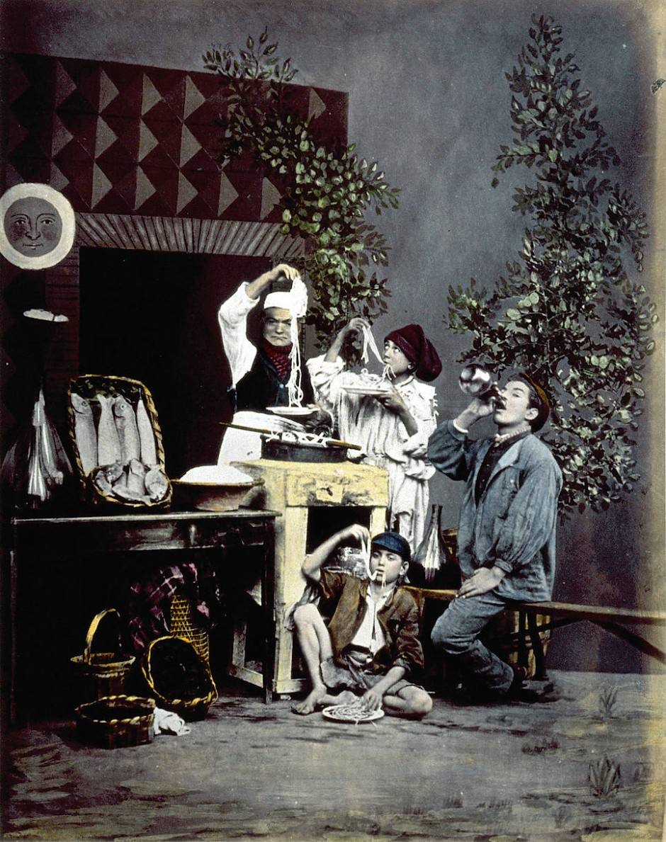 Genreszene aus Neapel: Giorgio Sommer arrangierte die nudelessenden Ragazzi um 1865.