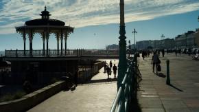 An der Strandpromenade reihen sich die weißen Strandhotels, und die Blaskapelle spielt im Pavillon. Hier ist Brighton ganz mondänes Seebad.