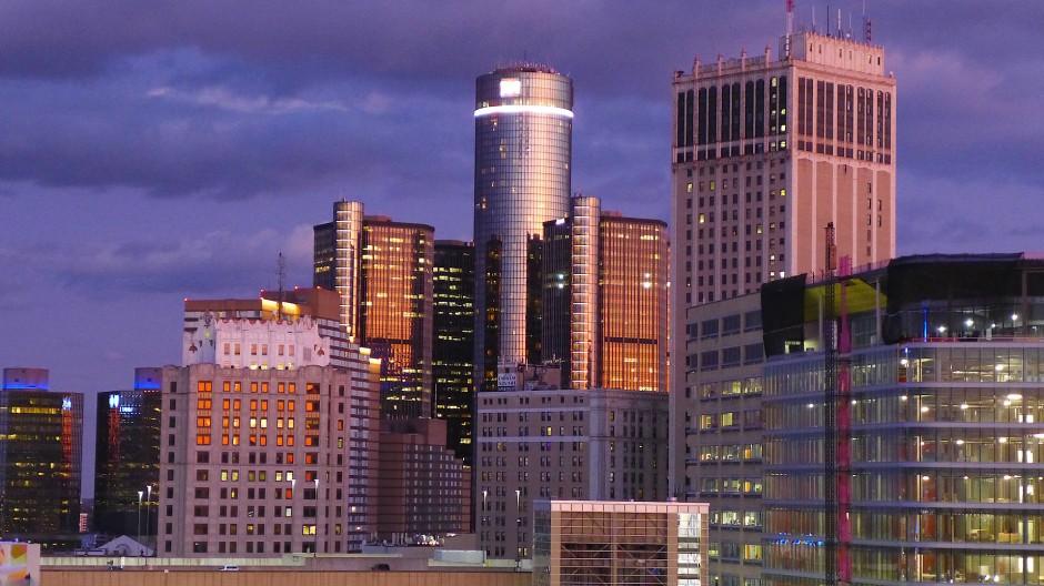 Jetzt brennen wieder Lichter: Downtown Detroit vom Dach des Metropolitan Buildung aus.