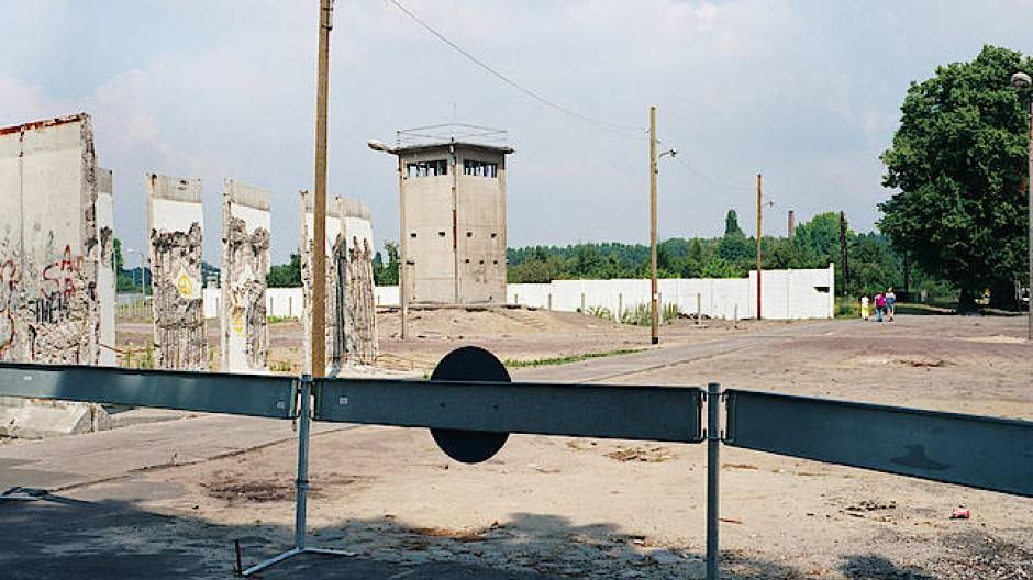 Die (noch) geteilte Stadtlandschaft: Berliner Mauer am Dammweg in Treptow, 1990