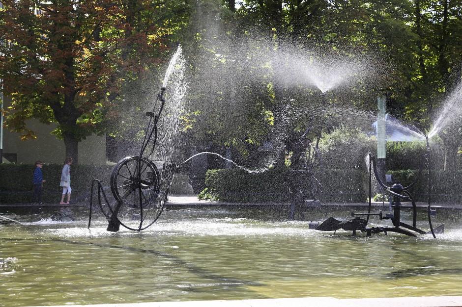 Die Kunst der Kinetik: Jean Tinguelys Brunnen vor dem Stadttheater in Basel.