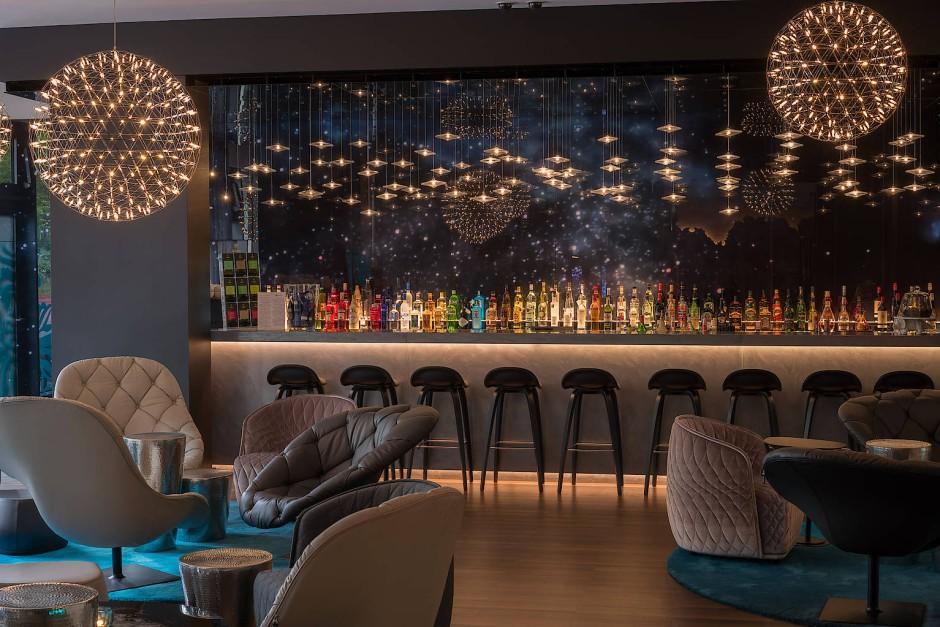 In einem Hotel im Herzen der Stadt braucht man heute weder Restaurant noch Roomservice – dafür eine Bar, die rund um die Uhr geöffnet ist, wie im Berliner Motel One am Tiergarten.