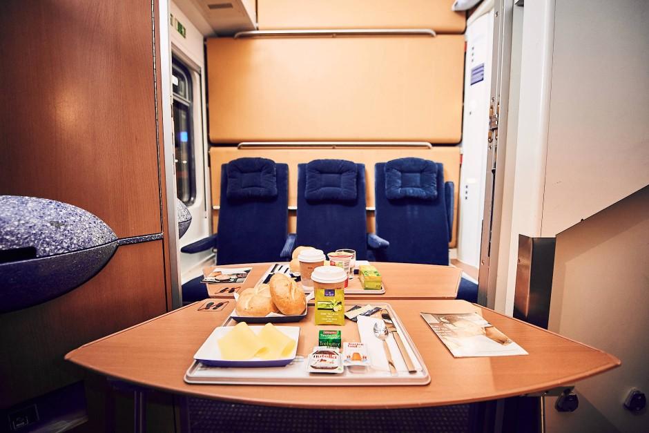 Frühstück im Nightjet: Man stelle sich vor, wie das wäre, ganz Europa von einem Netz dicht getakteter, komfortabler Nachtzüge überzogen.