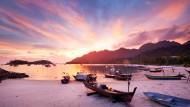 Ja, so kitschig sind die Sonnenuntergänge auf Langkawi tatsächlich: Boote am Strand von Pantai Kok.