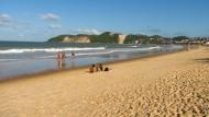 """Natal hat viel Sand zu bieten, auch am schönsten Strand in Ponta Negra. Im Hintergrund liegt die höchste Düne der Stadt, der """"Morro do Careca"""", eines der Wahrzeichen von Natal."""
