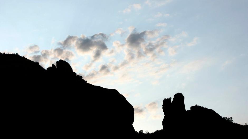 """Kurz vor Sonnenaufgang sind die """"Red Rocks"""" über dem """"Enchantment Resort"""" bei Sedona in Arizona noch schwarz. Magisch sind sie für viele Spa-Besucher dennoch."""