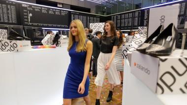 Neu auf dem Parkett: Models verschönern die Börsengang-Party.