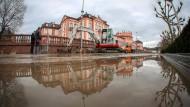 Rohrbruch setzt Hauptverkehrsstraße unter Wasser