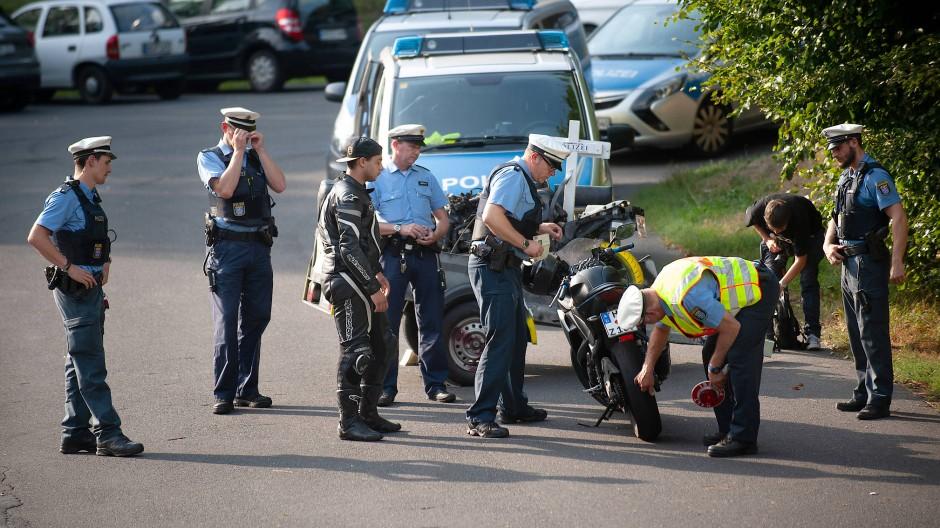 Alle Jahre wieder: Polizisten kontrollieren Motorräder im Taunus