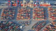 Riskante Anlage: Mit Schiffsfonds haben Anleger Geld verloren. Hier ein Containerschiff beim Beladen in Hamburg