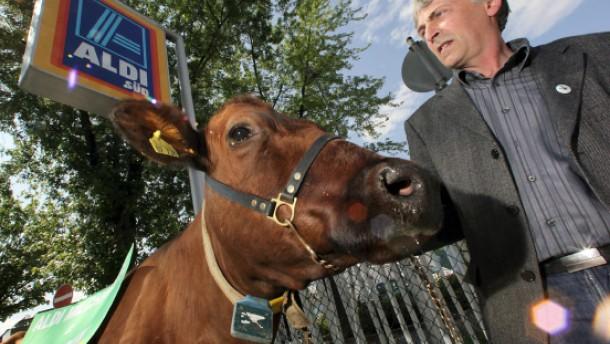 Grüne mit Kuh rufen zum Boykott für Aldi-Milch auf