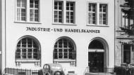Bescheidener als heutzutage: Das alte Gebäude der IHK an der Wiesbadener Adelheidstraße wurde im Zweiten Weltkrieg beschädigt. Nach dem Krieg wurde es der Kammer dort bald zu eng.