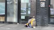 Hilfsbedürftig: Junkie vor einer Einrichtung der Frankfurter Drogenhilfe