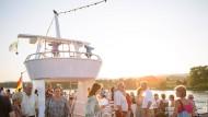An Deck, an die frische Luft: In der Pause der Lesung auf dem Mainzer Literaturschiff blicken die Gäste dem Abendrot entgegen.