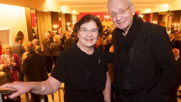 """Volkstteater Frankfurt - Nach 42 Jahren lädt das Theater zur letzten Premiere mit dem Titel """"Wie zeronnen so gewonnen""""."""