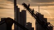 Nicht immer so malerisch: Die Weseler Werft in Frankfurt mit dem musealen Kran