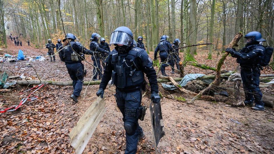 Abräumer: Polizisten im Einsatz im Dannenröder Forst