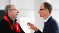 Wieder einmal vor schwierigen Verhandlungen: Opel-Chef Lohscheller (rechts) und Gesamtbetriebsrats-Vorsitzender Schäfer-Klug