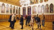 Nächtlicher Ausflug: Besucher der langen Nacht der Museen 2014 im Kaisersaal am Römer in Frankfurt.