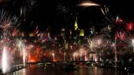 Farbenfroh ins neue Jahr: Das Silvesterfeuerwerk vor der Skyline lockt stets Hunderttausende auf die Straßen der Mainmetropole.