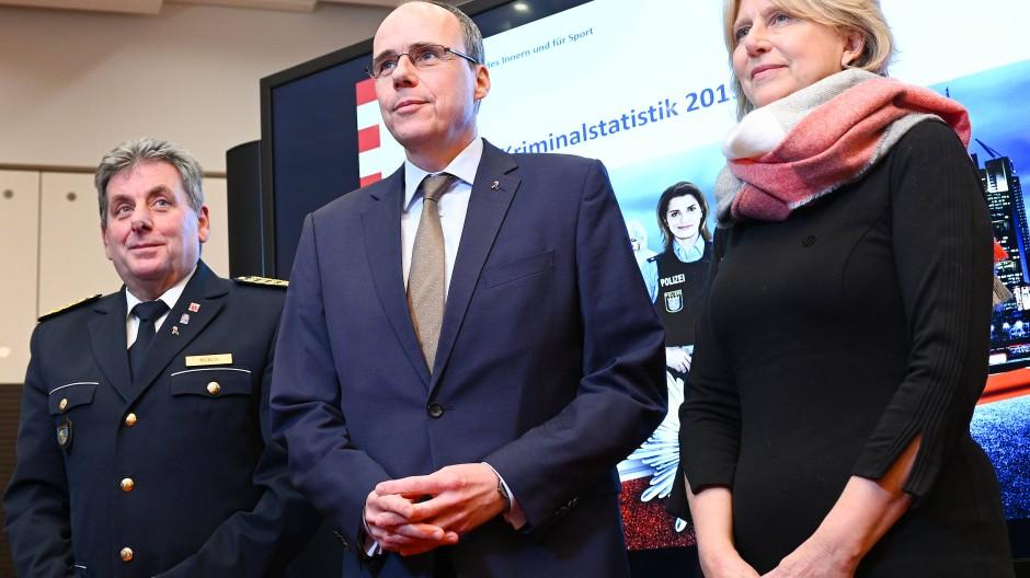 """Fragliche Beziehung: Mit dem Ruhestand Sabine Thuraus will Innenminister Peter Beuth seine Pläne umsetzen und auch den letzten leitenden Polizeiposten """"politisch"""" machen."""