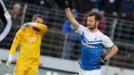 Gruß an die Fans: Marcel Heller bejubelt sein Tor zum 2:2 gegen Ingolstadt
