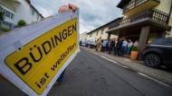 """Protest gegen rechts: Bürger demonstrieren im Juni gegen ein Treffen der AfD in Büdingen. Die Stadt ist inzwischen als """"rechte Hochburg"""" verschrieen."""