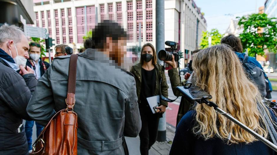 Viel Aufmerksamkeit: Franco A. auf dem Weg zum Oberlandesgericht in Frankfurt