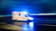Einsatz: Der schwer verletzte Streitschlichter musste in eine Klinik gebracht und notoperiert werden (Symbolbild).