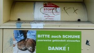 Mann stirbt kopfüber in Altkleider-Container eingeklemmt