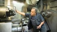 Hat den Dreh raus: Mechaniker Mustapha Jebabli an einer Maschine der Samson AG in Frankfurt